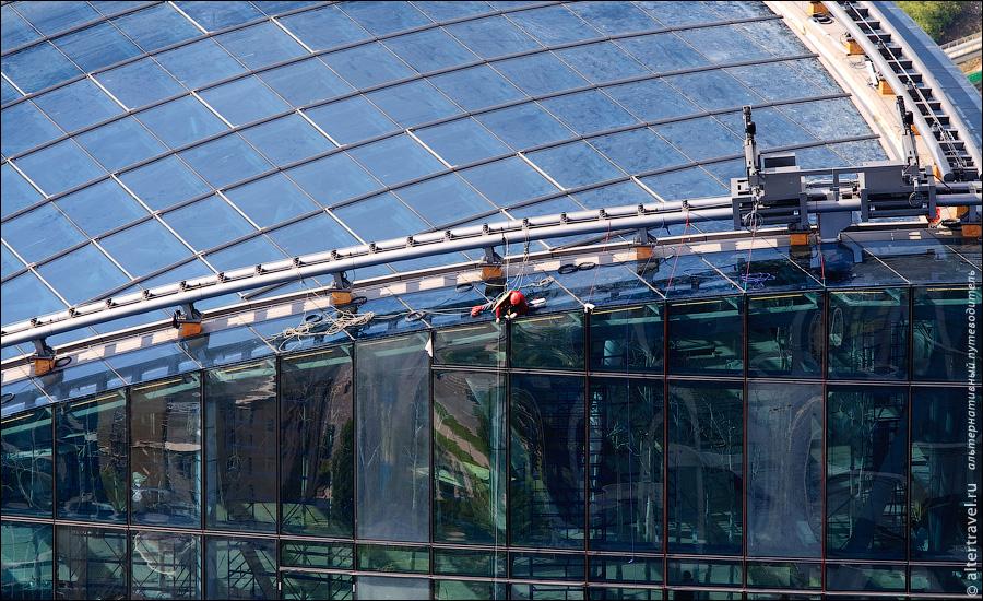 12) Тем временем, на соседствующей башне Федерация решили помыть стекла.