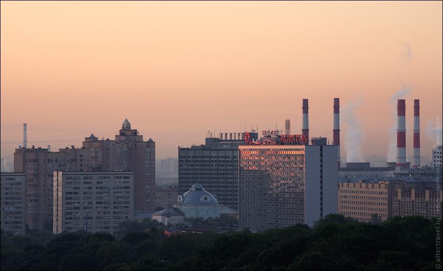 ) Город развлечений Корстон на ул. Косыгина, далее гостиница Спутник на Ленинском проспекте и трубы ТЭЦ-20.