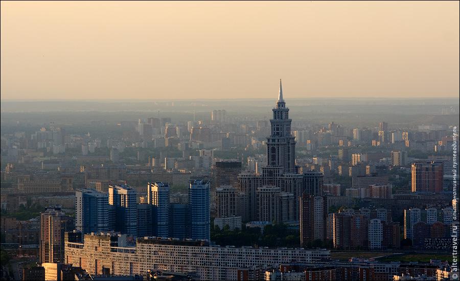 27) Покрупнее Киевский вокзал и пешеходный мост через Москва-реку.