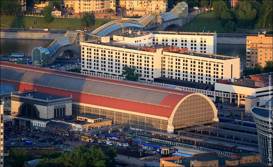 28) Вид на Юг. Внизу видна транспортная развязка Кутузовский проспект - ТТК. Справа в кадре попала часть башни Санкт-Петербург комплекса Город Столиц.