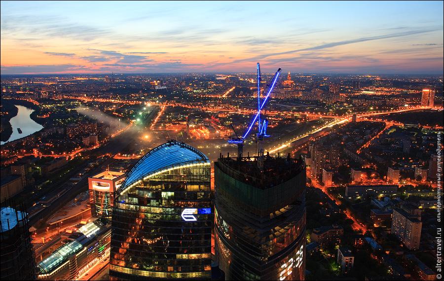 29) На этом обзорная экскурсия по Москве завершается, фотографы ожидают лифт, который заберет нас с этой высоты и спускаемся на землю.