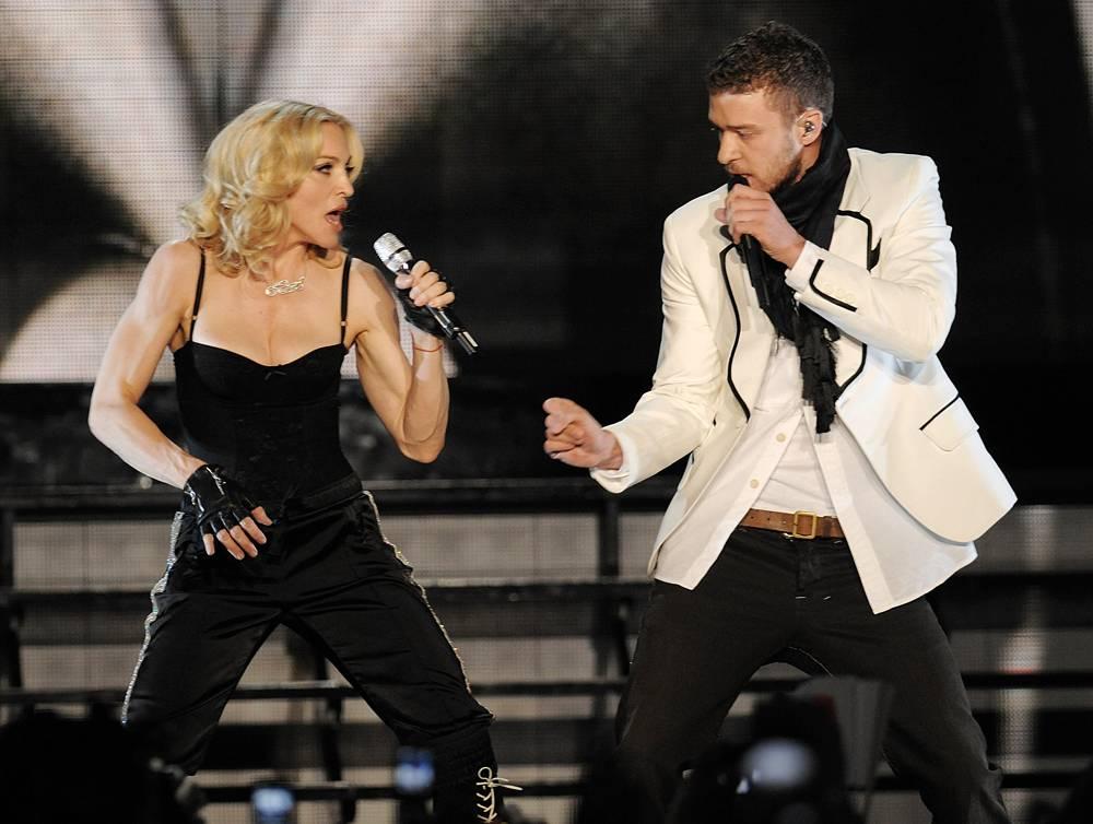 """9) Дуэт с Джастином Тимберлейком во время концерта, посвященного выходу нового альбома Мадонны """"Hard Candy"""", Нью Йорк, среда. 30 апреля, 2008. (Evan Agostini/AP)"""