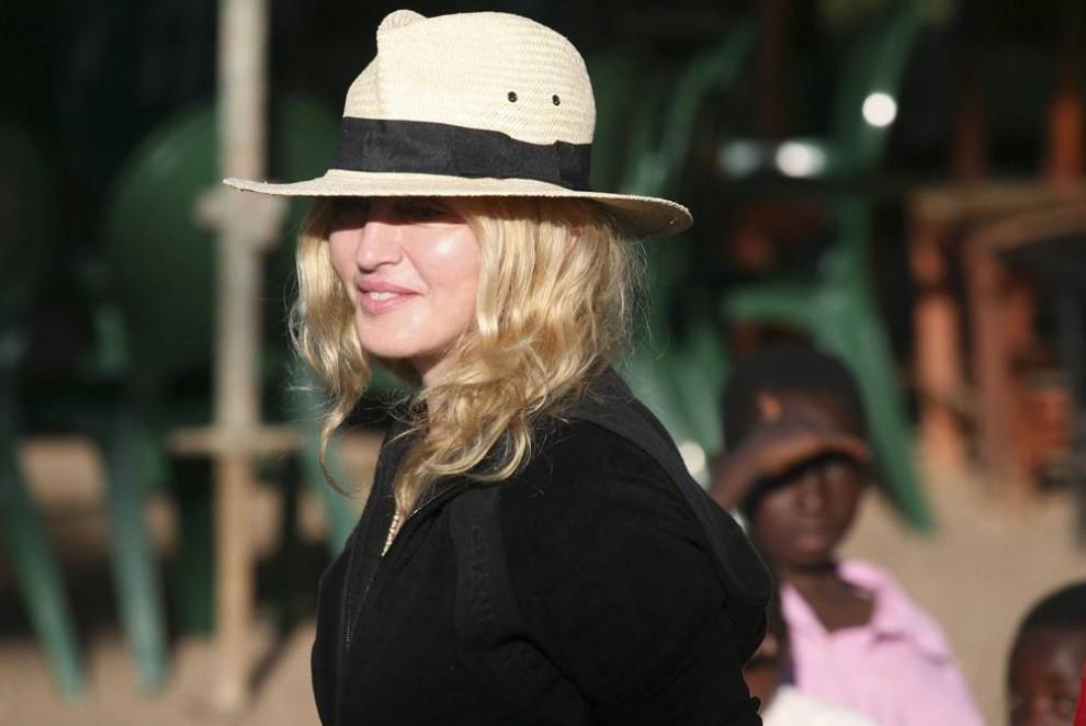 5) Местные дети наблюдают за Мадонной во время ее пребывания в селении Чихота близ Лилонгве, Малави, воскресенье, 29 марта 2009. (Tsvangirayi Mukwazhi/AP)