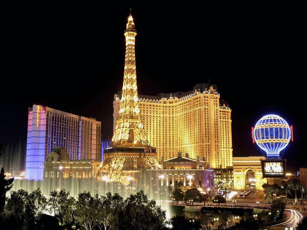1) Музыкальные фонтаны Bellagio развлекает посетителей в темное время суток. На фоне видны отели «Баллис Лас Вегас» (Bally's Las Vegas), слева, и «Париж Лас-Вегас» (Paris Las Vegas), перед которым установлена копия Эйфелевой башни. Ежегодно Лас-Вегас посещают более 37,5 миллионов людей. (Ethan Miller/Getty Images)