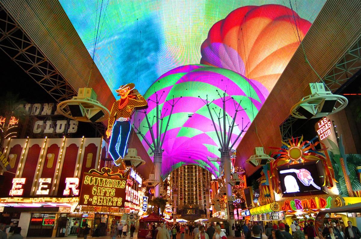 2) Расположенная в центре Лас-Вегаса, эта удивительная пешеходная дорожка – место, где установлено около 16 млн. лампочек, благодаря чему она считается одним из самых больших светодиодных экранов в мире. (Brian Jones/Las Vegas News Bureau)