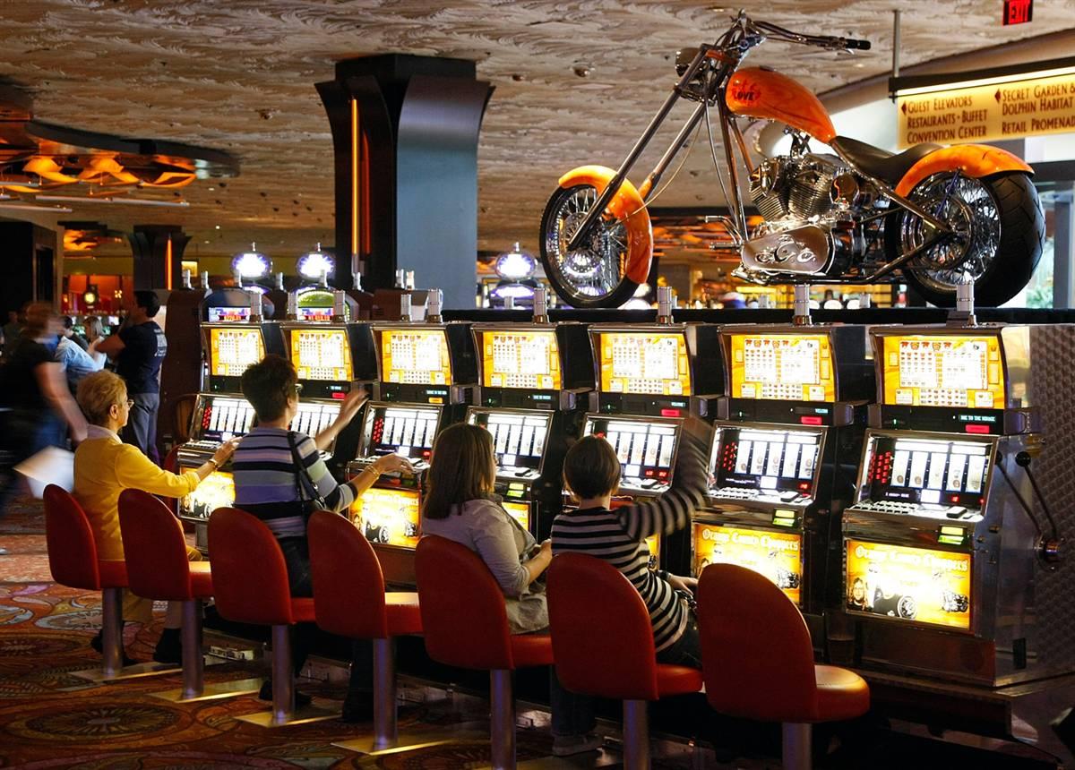 """3) Посетители казино у игровых автоматов в гостинице """"Мираж"""" в Лас-Вегасе, которая одновременно является и казино. (Ethan Miller/Getty Images)"""