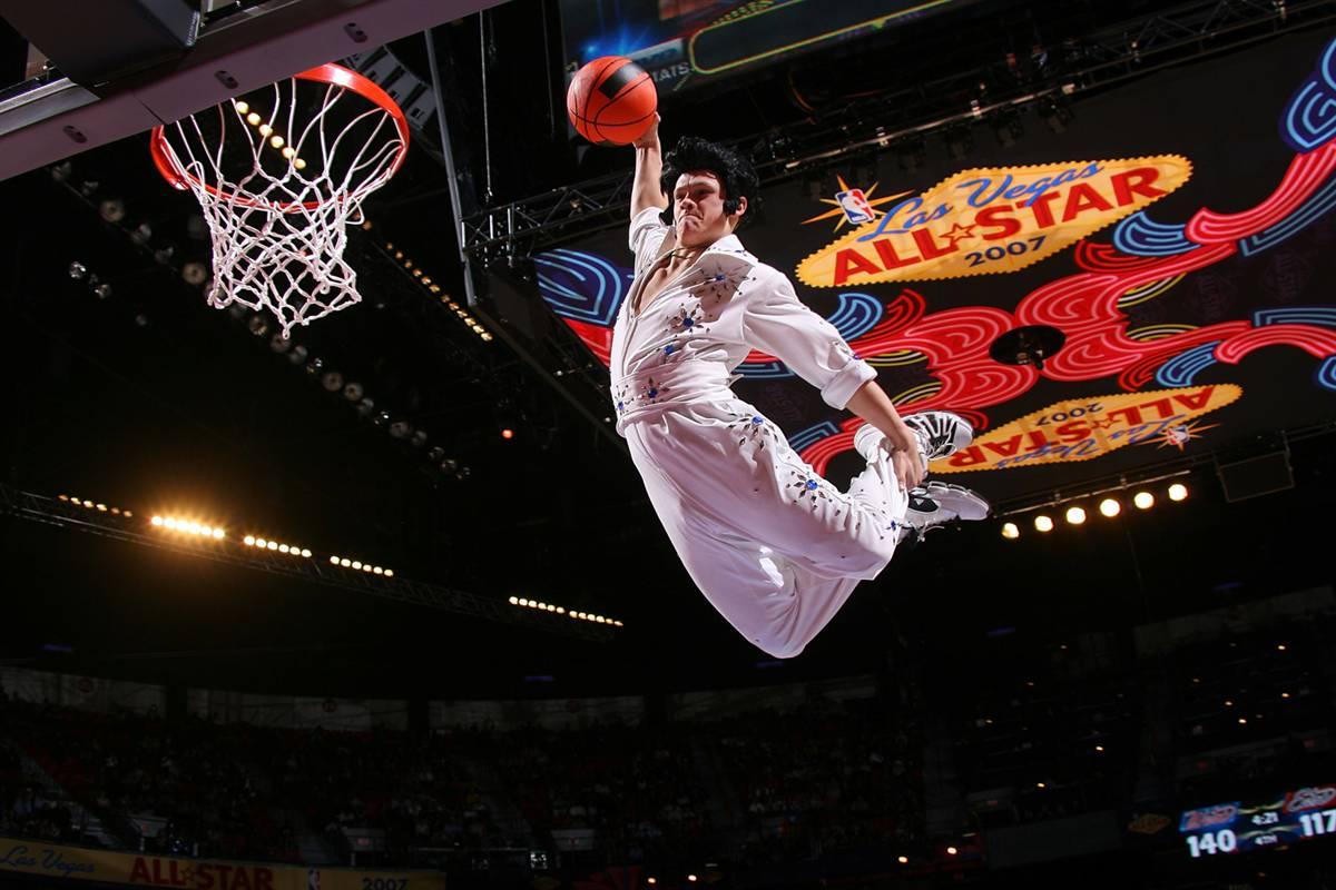 4) Двойник Элвиса во время игры «NBA Все Звезды 2007», которая проходила 18 февраля 2007 года в Центре «Thomas & Mack» в Лас-Вегасе. (Jesse D. Garrabrant/NBAEGetty Images)