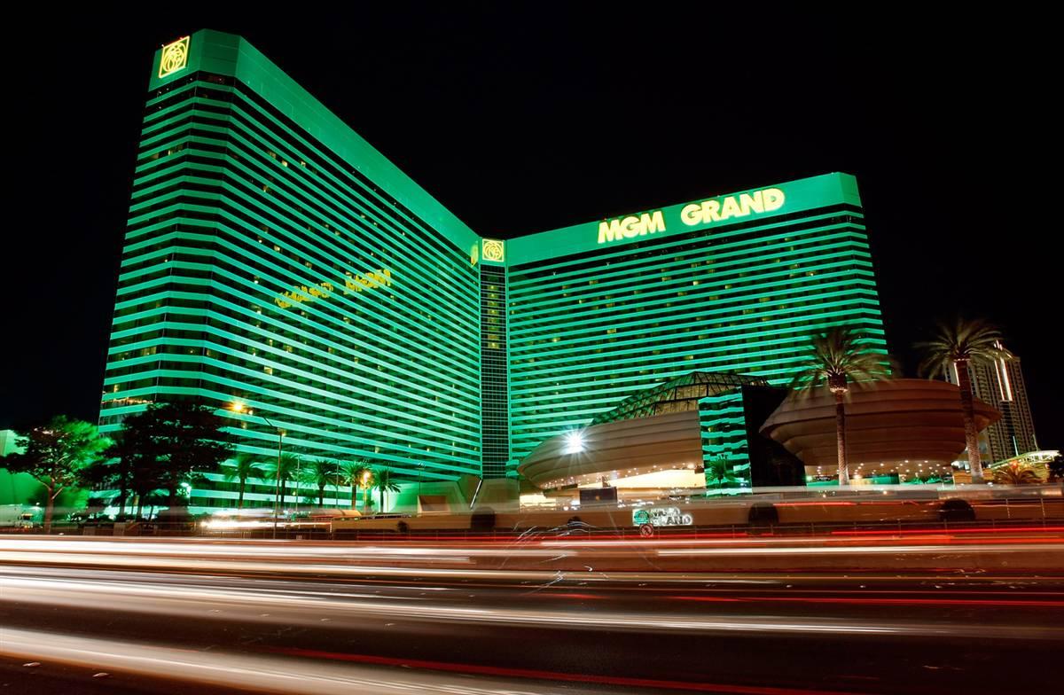 5) Огни проезжающих машин отражаются в фасаде отеля-казино «MGM Grand» в Лас-Вегасе. (Ethan Miller/Getty Images)