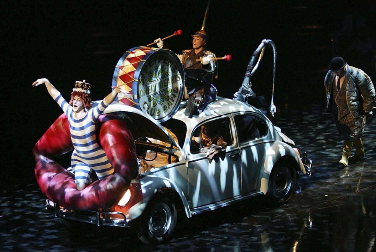 """8) Артисты едут на Фольксвагене жуке во время представления Цирка дю Солей """"The Beatles LOVE"""" в гостинице-казино """"Мираж"""" 27 июня 2006 года в Лас-Вегасе. (Ethan Miller/Getty Images)"""