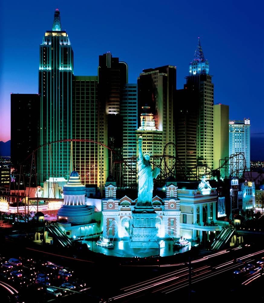 9) Отель-казино «Нью-Йорке-Нью-Йорк» в Лас-Вегасе с копиями небоскребов Манхэттена, Статуи Свободы, Эмпайр-стейт-билдинг и Бруклинского моста. (Courtesy of MGM MIRAGE)