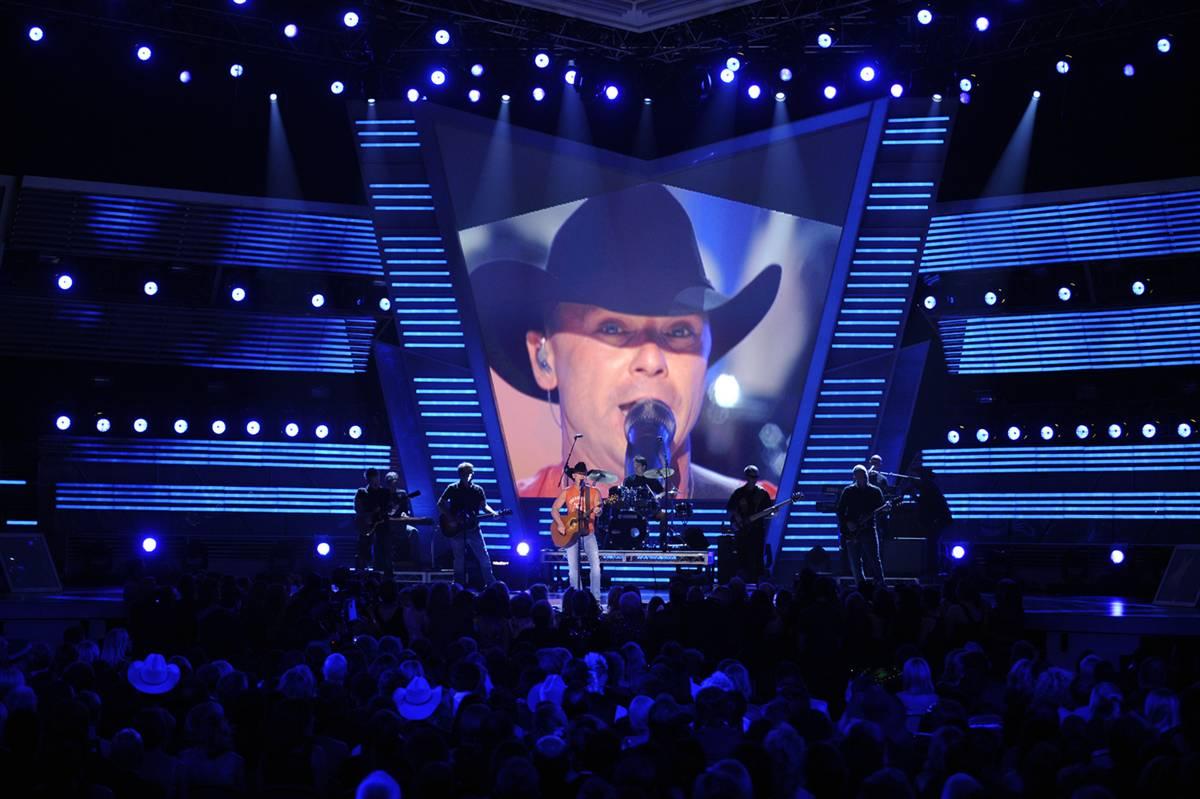 """10) Kenny Chesney исполняет песню """"Out Last Night"""" на 44-м Ежегодной церемонии вручения премий в области кантри музыки в Лас-Вегасе 5 апреля 2009. (Mark J. Terrill/AP)"""