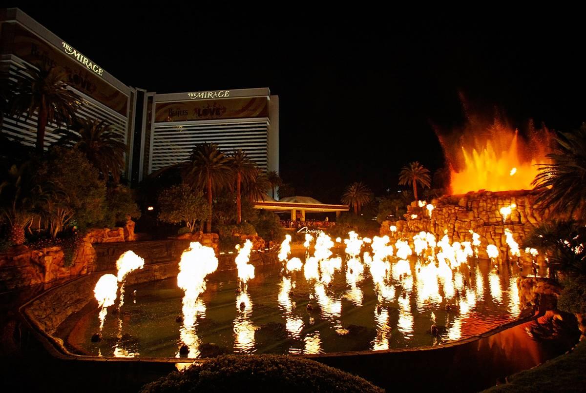 """12) Шоу, на создание которого было потрачено 25 млн. долл. США - извержение вулкана у отеля-казино """"Мираж"""". С высоты 10 -12 метров низвергаются потоки воды, которая   окрашивается в цвет пожара и начинается извержение вулкана. Струи воды подсвечиваются так искусно, что создают ощущение выброса лавы. И очень натурально выглядят языки пламени. (Ethan Miller/Getty Images for MGM Mirage)"""