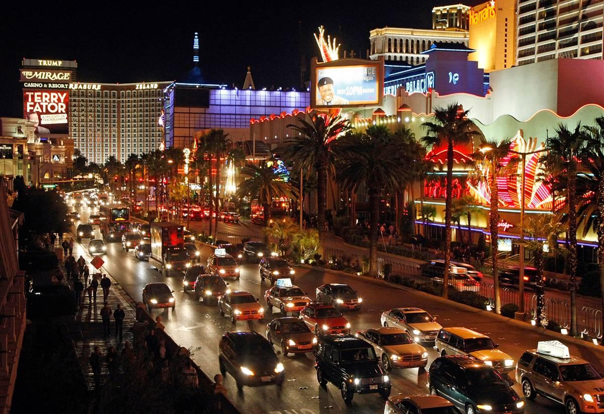 14) Лас-Вегас Стрип, или просто Стрип, - самая оживленная часть Лас-Вегаса, где расположены самые шикарные казино, отели и развлекательные центры. (Ethan Miller/Getty Images)