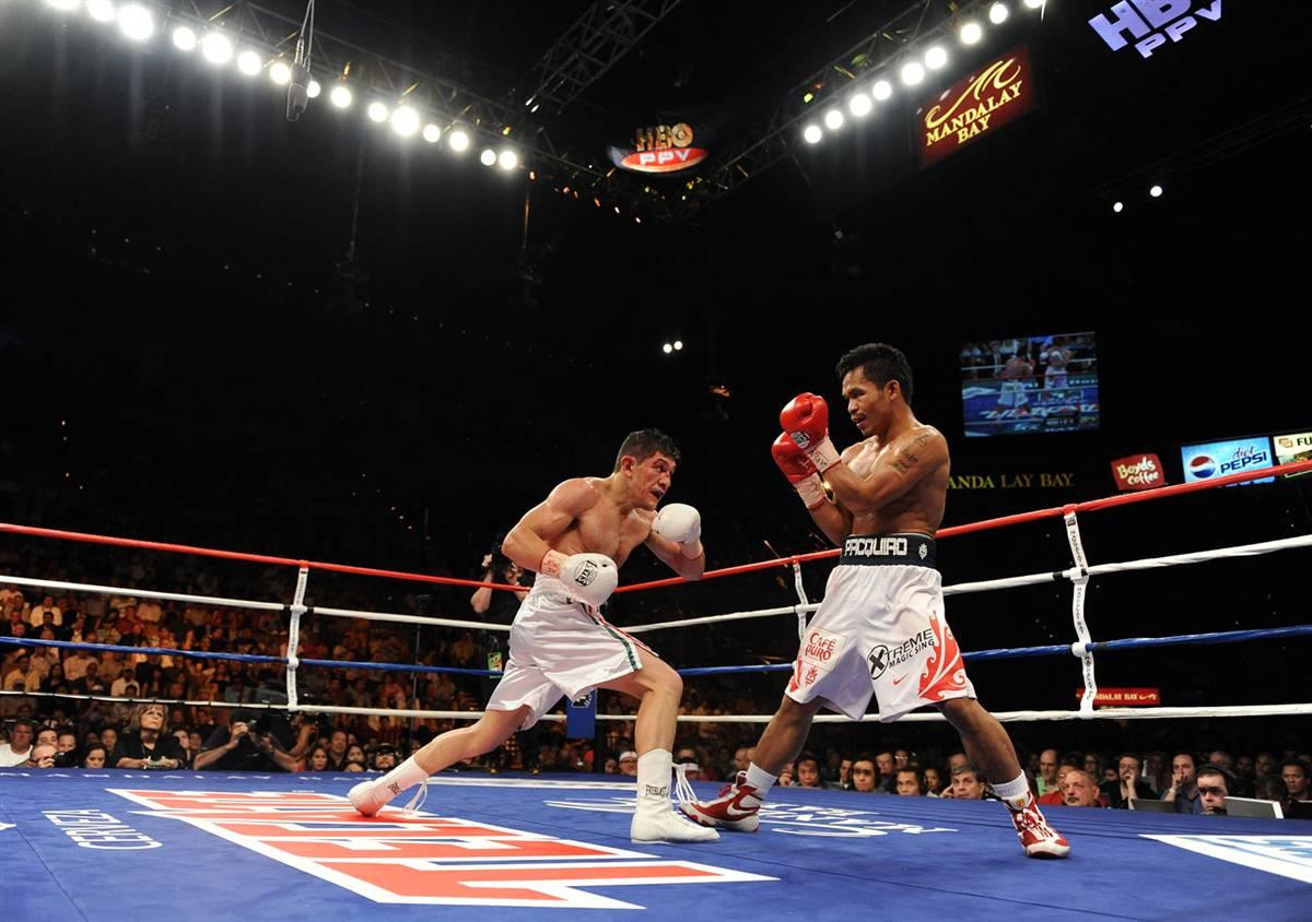 15) Дэвид Диас и Мэнни Pacquiao во время боя в четвертом туре чемпионата WBC в легком весе в центре Mandalay Bay 28 июня 2008 года в Лас-Вегасе. Pacquiao выиграл в девятом раунде нокаутом. (Harry How/Getty Images)