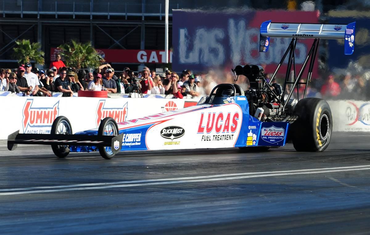 16) Начинающий водитель Шон Лэнгдон впервые занял первое место на национальных гонках SummitRacing.com NHRA на спидвее в Лас-Вегасе 4 апреля 2009 года. (Richard Wong/NHRA via AP)