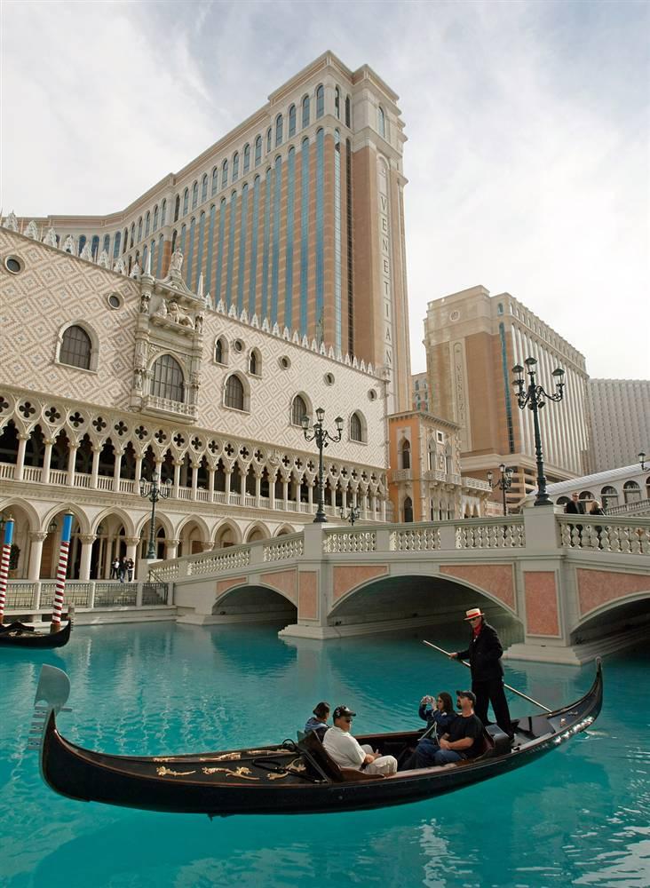 18) Туристы катаются на гондоле у отеля «The Venetian» (Венецианец) в Лас-Вегасе. (Ethan Miller/Getty Images)