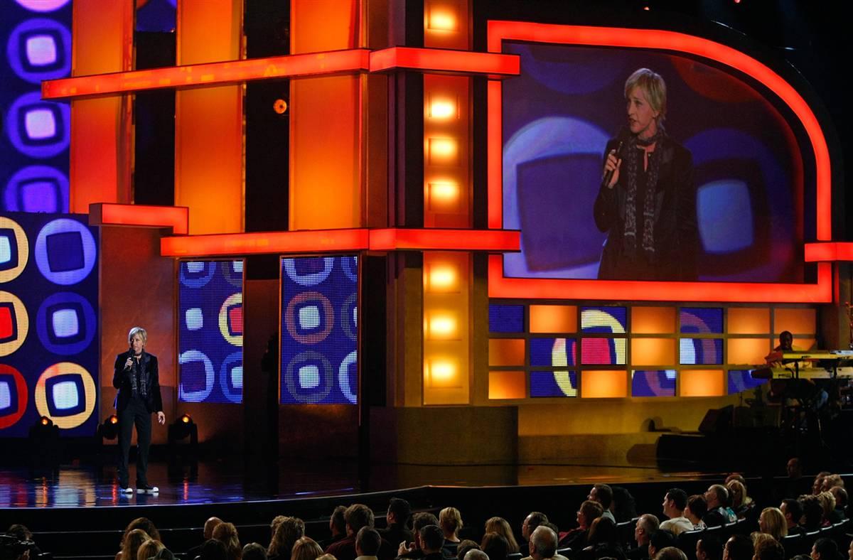 21) Комедийная актриса и телеведущая Эллен ДеДженерес выступает во время фестиваля комедии в Колизее отеля «Caesars Palace» в 2008 году в Лас-Вегасе. (Ethan Miller/Getty Images)