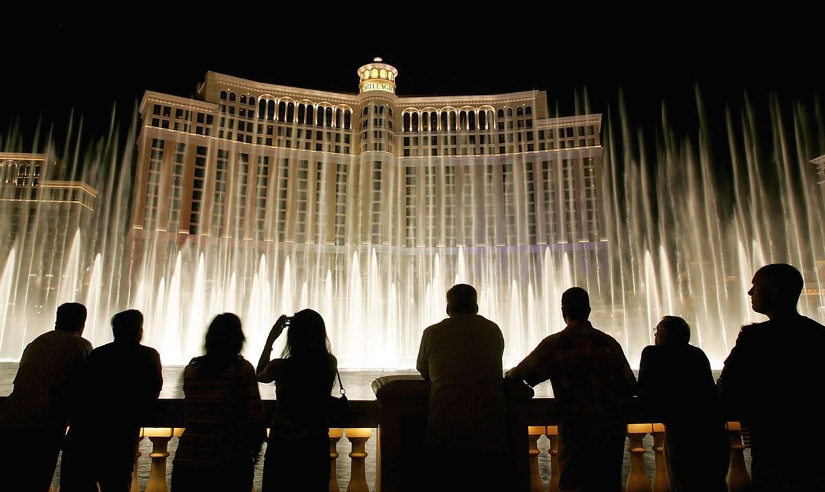23) Силуэты туристов фоне шоу музыкальных фонтанов «Bellagio» на Лас-Вегас Стрип. (Ethan Miller/Getty Images)