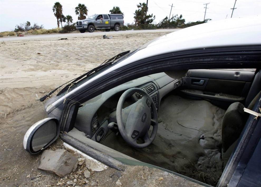 1) В городке Галвестон и в соседних с ним селениях вдоль побережья штата Техас видели эпицентр урагана Айк 13 сентября 2008. Это явление наблюдалось на Кристальном пляже (Crystal Beach), что расположен на боливийском полуострове, 18 сентября. (Eric Gay/AP)