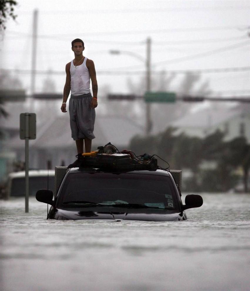 3) На Кей-Уэст, Флорида, обрушились штормовые волны и затопили берег юго-западной части штата 24 октября 2005, когда налетел ураган Вилма. Рокот Вилмы прокатился через весь полуостров Флорида, залив водой Майами, Форт-Лодердейл и Уэст-Палм-Бич. Вилма отобрала 5 жизней во Флориде, 4 в Мексике и 14 в Карибском море. (Carlos Barria/Reuters)