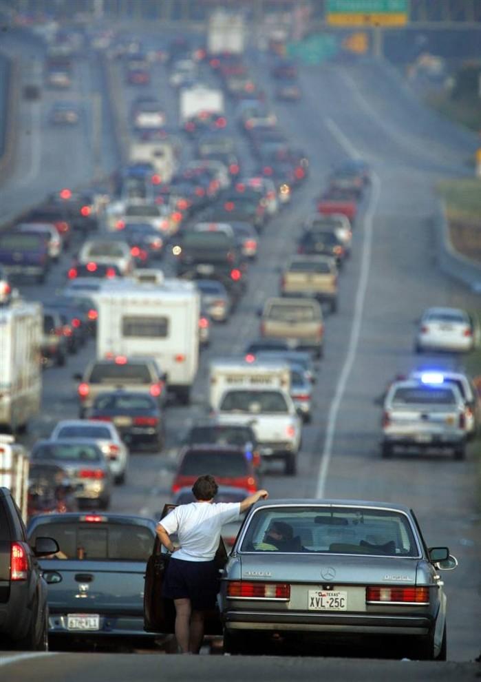 5) Десятки тысяч людей бежали из Хьюстона, штат Техас, 22 сентября 2005, когда ураган Рита приблизился к побережью. (Rick Bowmer/AP)