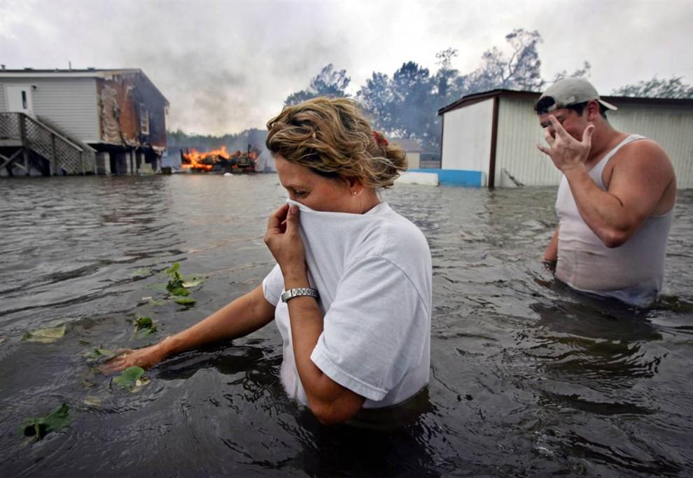 6) Жителям города Лафит, Луизиана, 24 сентября 2005 года пришлось иметь дело с затоплением и огнем - последствиями урагана Рита, проходившего через этот регион. Ураган причинил ущерб на сумму в $11,8 миллиардов в штатах Луизиана, Техас и Флорида. (Kevork Djansezian/AP)