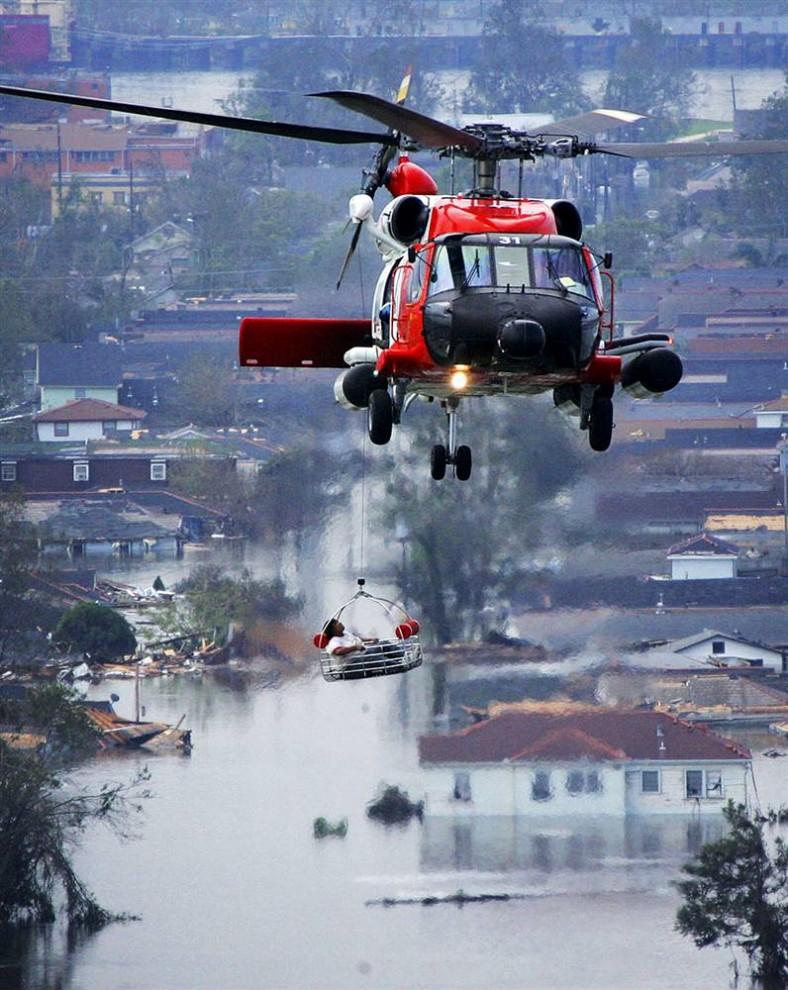 """8) Сотни жителей Нового Орлеана были спасены с помощью вертолетов и других средств после урагана Катрина, достигшего побережья 29 августа 2005 года. Приблизительно 1 500 человек погибли из-за Катрины, которая стала самым """"дорогим"""" стихийным бедствием, поразившим США: ураган принес ущерба на $85 миллиардов в Луизиане, Миссиссипи и Флориде. (Vincent Laforet/Getty Images)"""