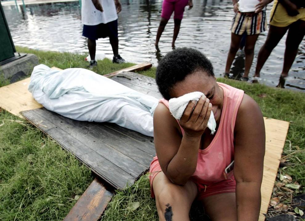 9) Эвелин Тернер плачет рядом с телом своего гражданского мужа, Ксавьера Бовье, умершего в Новом Орлеане 30 августа 2005. Бовье и Тернер решили переждать Катрину, когда они не смогли найти способ уехать из города. Бовье, у которого был рак лёгких, умер, когда у него закончился сжиженный кислород. (Eric Gay/AP)