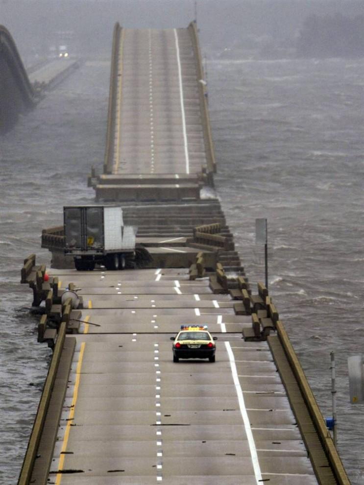 11) Штормовая волна, которую поднял ураган Иван разрушила этот мост к северу от Пенсаколы, штат Флорида, 16 сентября 2004. (Rick Wilking/Reuters)