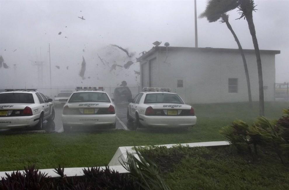 13) Крышу гаража унесло на патрульный катер шерифа в Пунта Горда (Punta Gorda), Флорида, 13 августа 2004 года. (Scott Martin/AP)