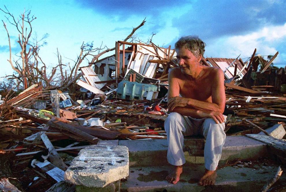 17) Десятки тысяч людей остались без крова после урагана Эндрю. На этом снимке, сделанном 1 сентября 1992, можно видеть Дженни Ванседарфилд (Janny Vancedarfield) из Флорида Сити, Флорида, на развалинах, которые были некогда ее домом. Эндрю был вторым самым дорогим штормом в американской истории с материальным ущербом $48 миллиардов. (Lynn Sladky/AP)