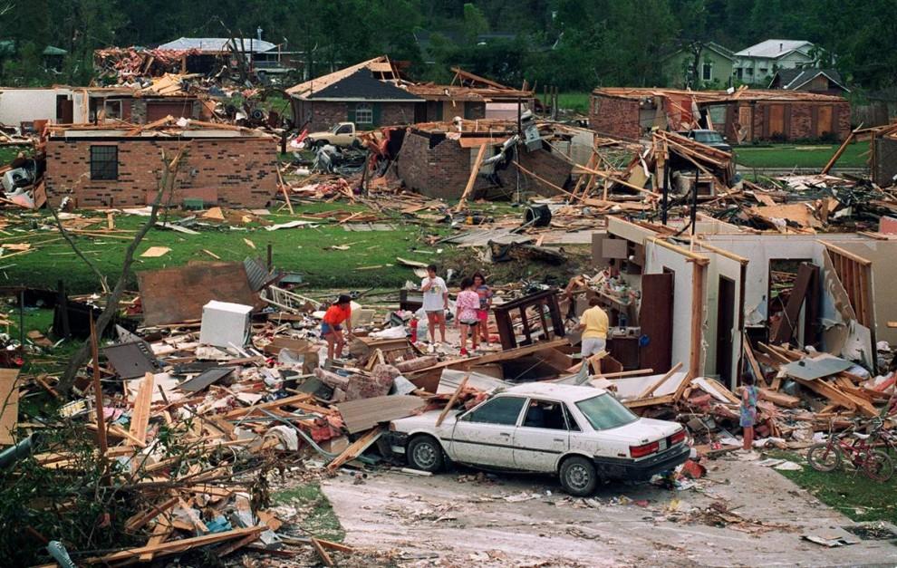 18) 26 августа 1992 торнадо, порожденный Ураганом Эндрю, разрушил этот дом. (Paul J. Richards/AFP-Getty Images)
