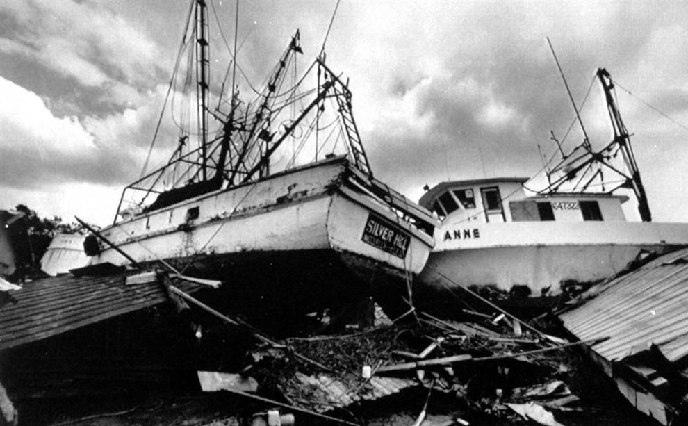19) Обломки лодок для ловли креветок на берегу в Макклеллэнвилле, Южная Каролина, 26 сентября 1989 года, после урагана Хьюго. Шторм принес материального ущерба на $13,5 миллиардов. (Jeff Amberg/Associated Press)
