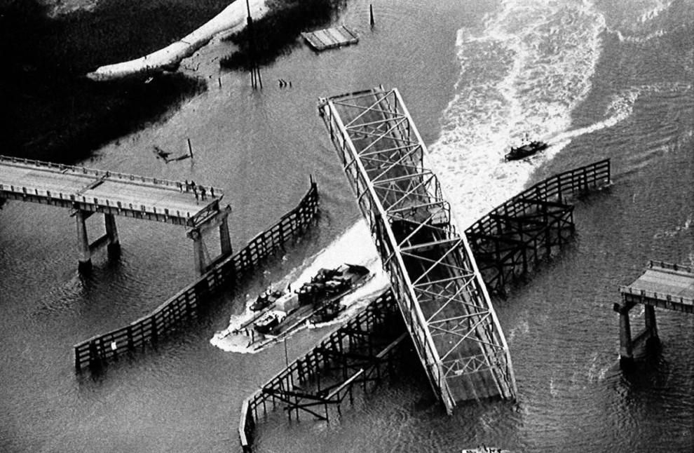 20) Этот мост на Острове Салливэна, Южная Каролина, был разрушен Ураганом Хьюго. Главное пролётное строение моста было вывернуто относительно основания во время урагана Хьюго, скорость ветра которого достигала 135 миль в час. (Wade Spees/AP)