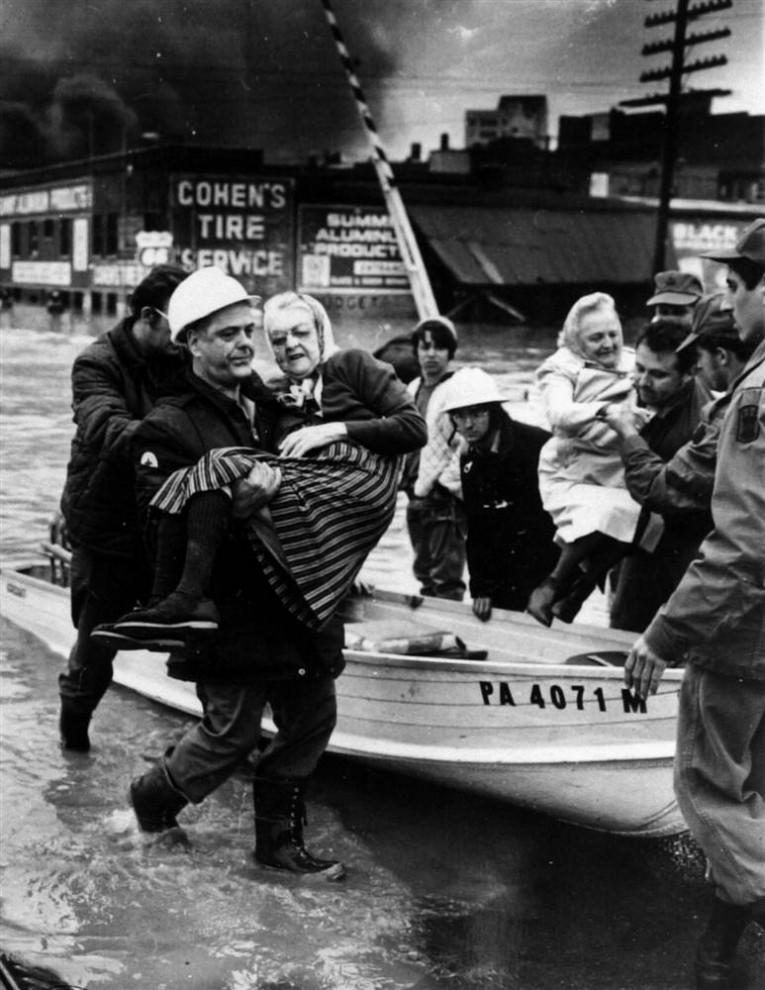 21) Спасенные пенсионеры в Вилкес Бейре, штат Пенсильвания, 23 июня 1972 года, после урагана Агнесс, заставившего реку Саскуэханну выйти из своих берегов. Материальный ущерб от этого шторма был оценен в $12,4 миллиардов. (Phil Butler/Scranton Times via AP)