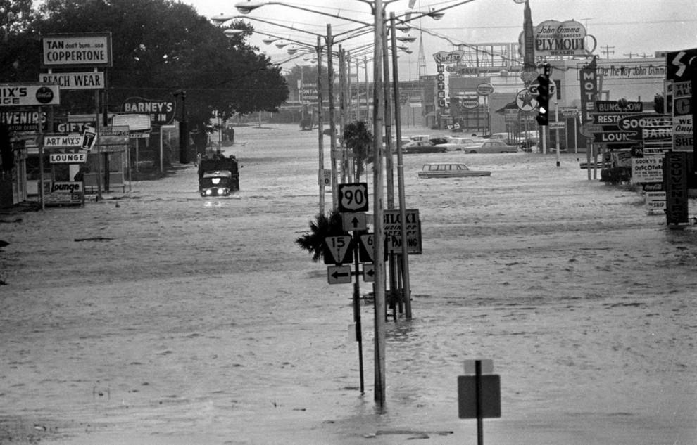 23) Жители Харрисберга, Пенсильвания, убегают от наводнений, вызванных Агнес 23 июня 1972 года. (Paul Vathis/AP)