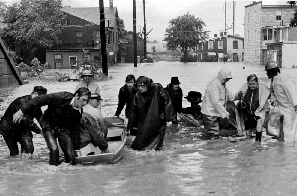 24) Жители Харрисберга, Пенсильвания, убегают от наводнений, вызванных Агнес 23 июня 1972 года. (Paul Vathis/AP)