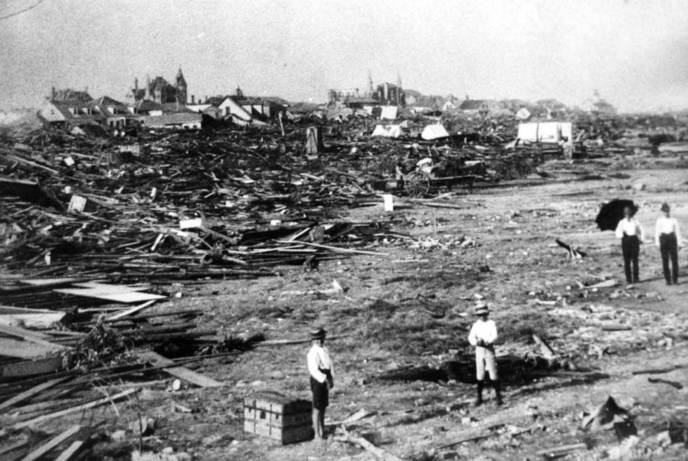 29) Большую часть города Галвестон, штат Техас, сравняло с землей в результате урагана 8 сентября 1900 года. Тогда погибло от 8 до 12 тысяч человек и еще 10 тысяч остались без крова. Тот ураган 1900 года был признан самым страшным стихийным бедствием в американской истории. (AP)