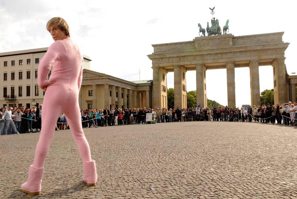 5) Барон Коэн в розовом пушистом костюме на фоне Бранденбургских ворот в Берлине в воскресенье, 21 июня. (Berthold Stadler/AFP - Getty Images)
