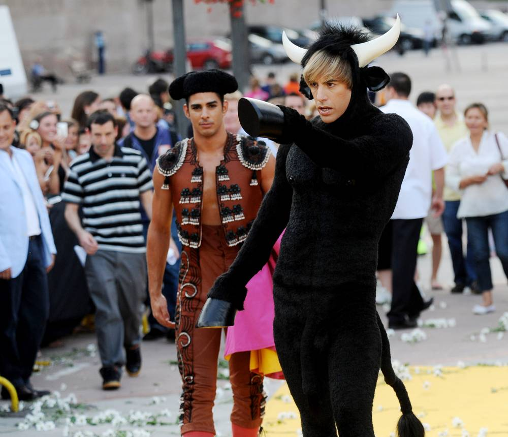Барон Коэн в костюме быка и в сопровождении матадоров на презентации фильма, которая прошла на арене для боя быков Лас-Вентас в Мадриде, в четверг, 18 июня. (Javier Soriano/AFP - Getty Images)