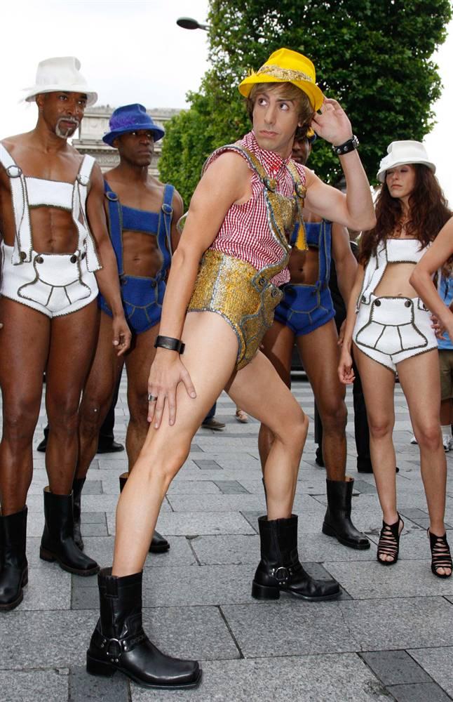 """12) Барон Коэн со своей свитой из моделей, одетые в ледерхозен – национальной одежде баварцев и тирольцев на премьере """"Бруно"""" в Париже в понедельник, 15 июня. (Eric Ryan/Getty Images)"""