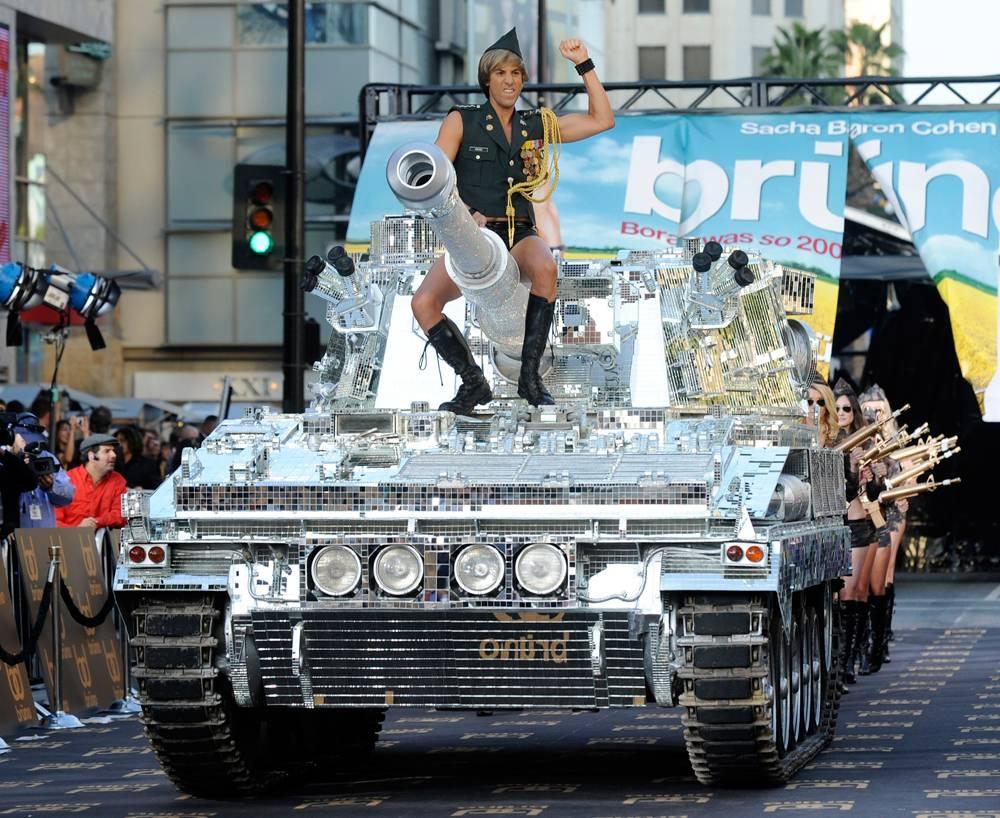 """3) Барон Коэн прибыл на вершине танка со стразами на премьеру своего фильма """"Бруно""""  в Лос-Анджелес в четверг, 25 июня. (Chris Pizzello/AP)"""