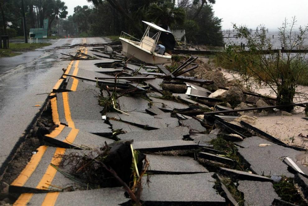 15) Затопление волнами шторма, спровоцированного Фрэнсис, оставило прибрежные дороги в руинах, включая эту в Дженсен Бич, Флорида. (Chris Hondros/Getty Images)