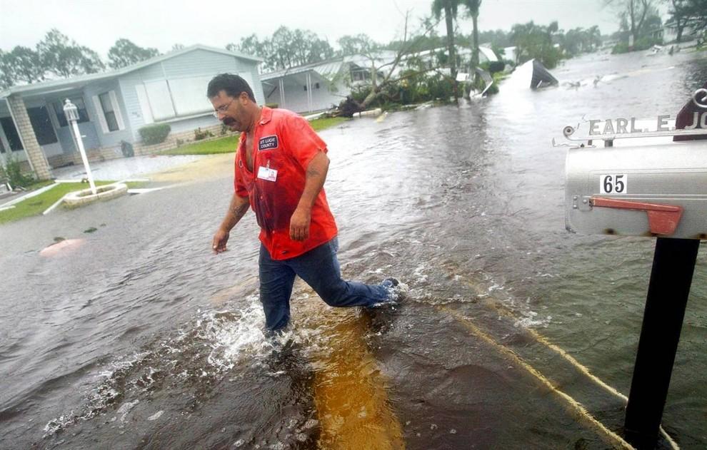 14) Этот парк для трейлеров в Форт Пьерсе, Флорида, был затоплен водами штормовой волны 5 сентября 2004, спустя три дня после того, как ураган Фрэнсис поразил побережье. (Chris Hondros/Getty Images)