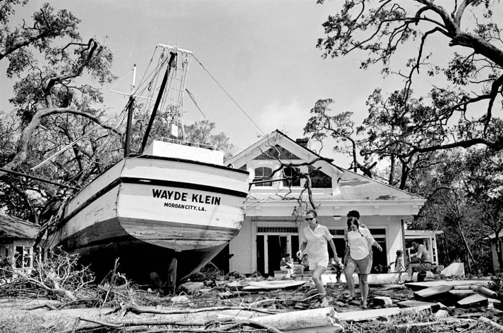 25) 85-футовая лодка погружается в воду (Билокси, штат Миссисипи), после того, как штормовые волны Камиль унесли ее больше чем на 100 ярдов от причала. (Joe Holloway Jr./AP)