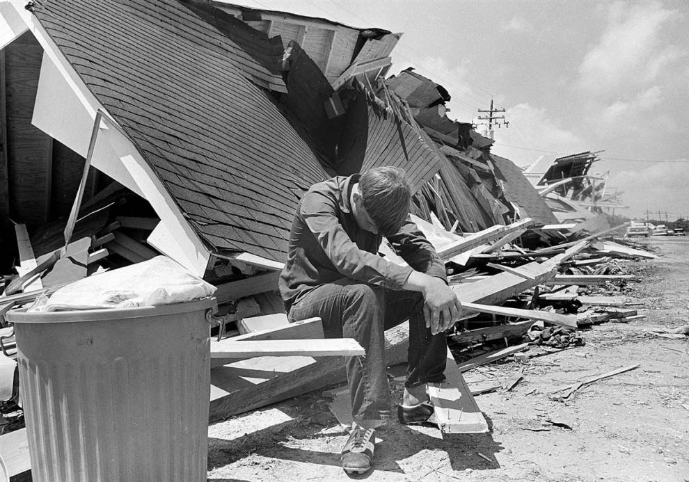 26) Мальчик отдыхает после возвращения к руинам своего дома в город Бурас (Buras), Луизиана, 22 августа 1969 года, спустя четыре дня после того, как ураган Камиль, поразил северную часть побережья Мексиканского залива и вызвал разрушения на $10 миллиардов. (Jack Thornell/AP)