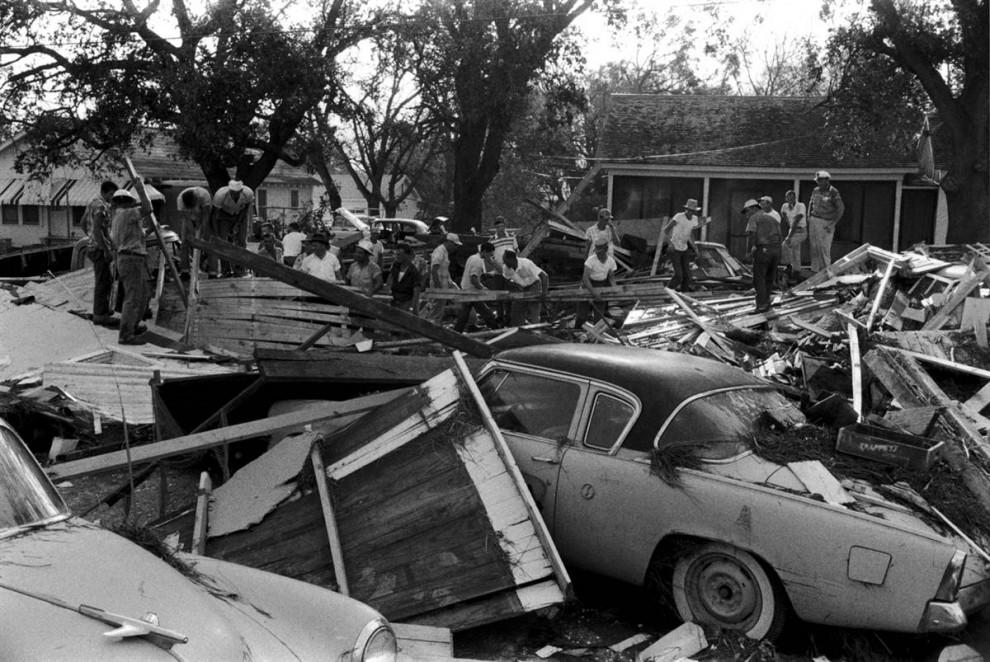 27) Жители Луизианы разбирают обломки после урагана Одри, который прошел через юго-западную и восточную части Техаса. (Shel Hershorn/Getty Images)