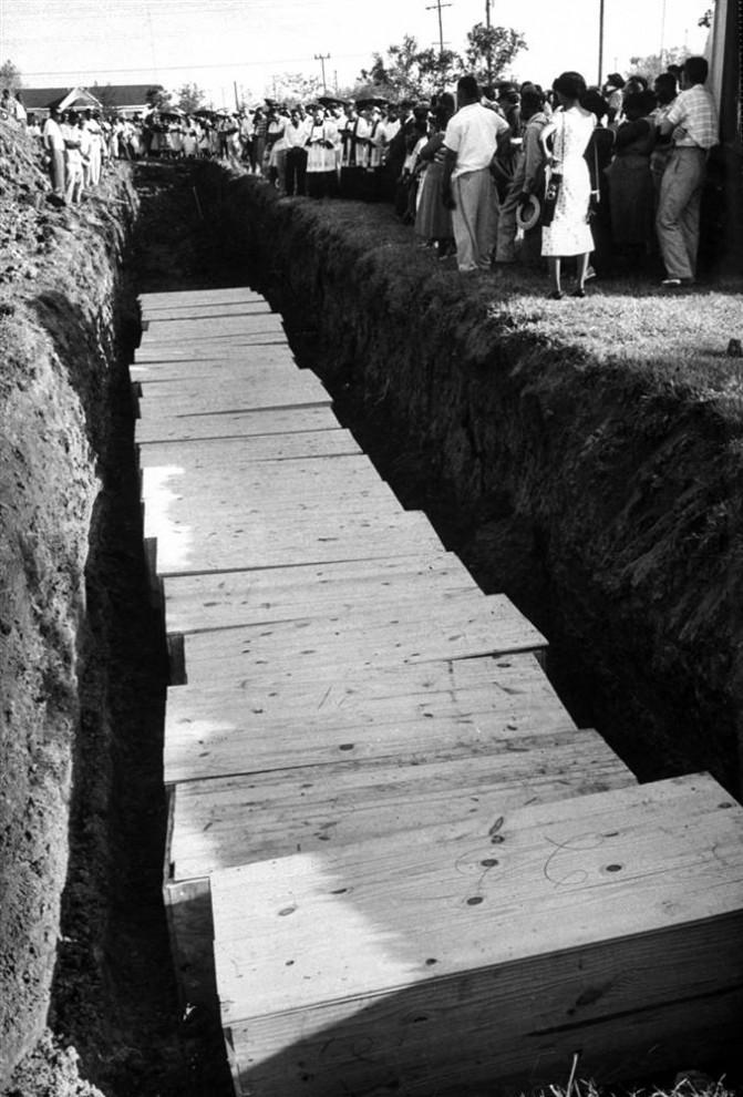 28) Люди собрались у массового захоронения жертв урагана Одри, достигшего побережья около границы Техас-Луизиана.27 июня 1957 года. Это стихийное бедствие стало седьмым по смертности в США, и унесло, по крайней мере, 416 жизней. (Robert W. Kelley/Time & Life Pictures via Getty Image)