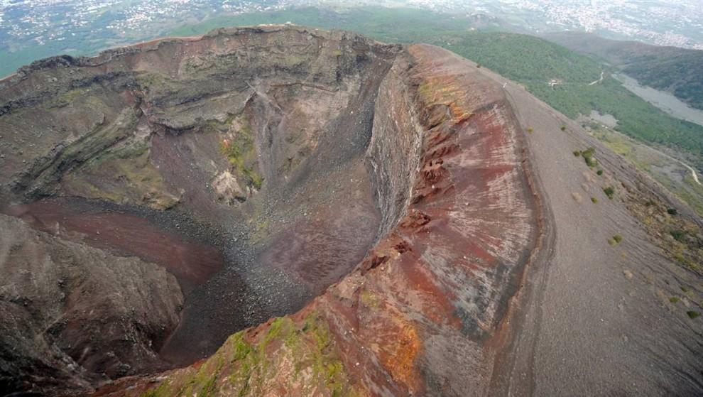 ) Вулкан Везувий единственный в Европе, который извергался за последние 100 лет. Но человечеству он более известен по извержению в 79 г. н.э., после которого город Помпеи был стерт с лица земли. (Mario Laporta / AFP - Getty Images)