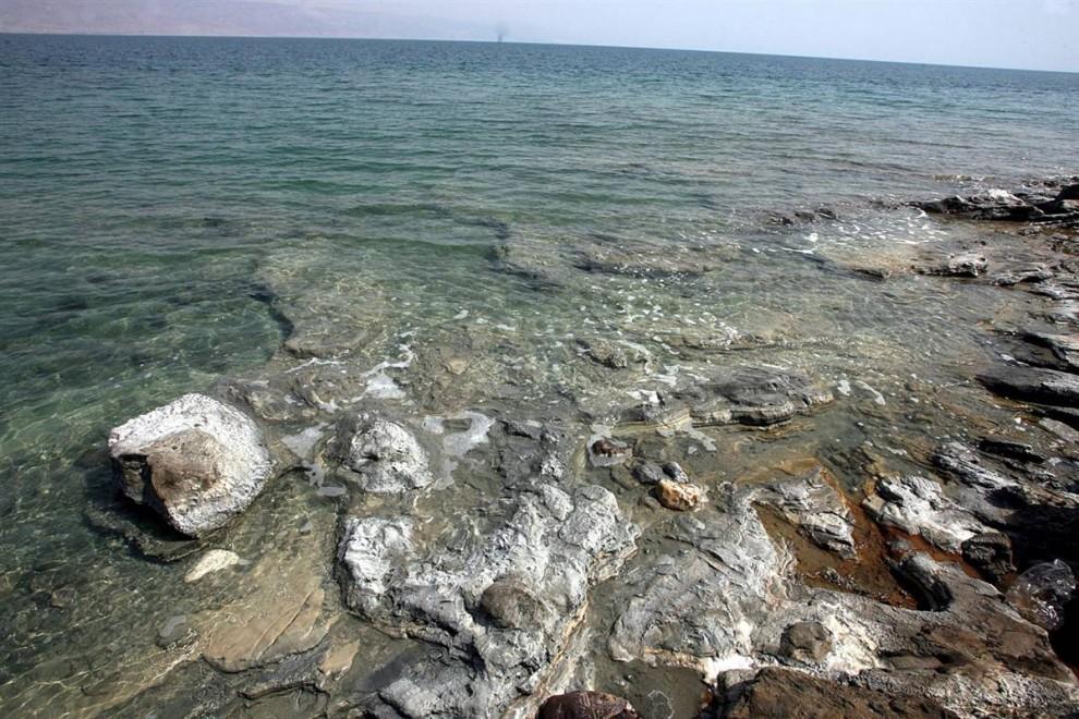 ) Береговая линия Мертвого моря расположена на 1,200 футах ниже уровня моря и является самой низкой частью суши на земле. Организации по контролю окружающей среды предупреждают, что Мертвое море может совсем исчезнуть через 50 лет, если его уровень будет продолжать падать такими же темпами. (Abed Al Hashlamoun / EPA)